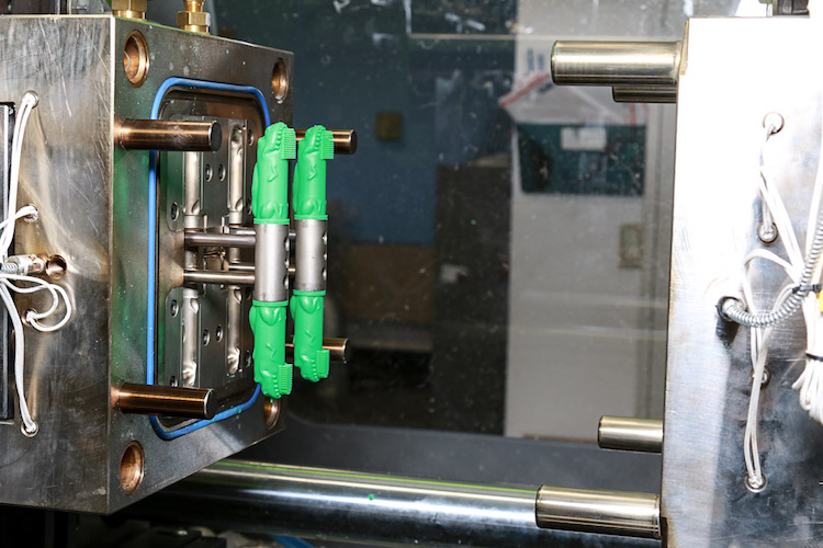 Undercut machine for injection molding